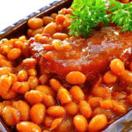 Boston Baked Beans Recipe - A wonderful old-fashioned baked bean flavor, It tastes great served with fresh cornbread or biscuits and honey. #bostonbakedbeans #boston #bakedbeans #beakedbeansrecipe #beansrecipe #beansrecipes #bostonrecipes #easyrecipes #recipes
