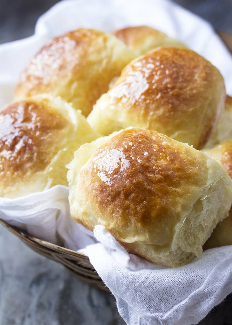 Easy No Knead Yeast Rolls Recipe. These super soft and fluffy no-knead dinner rolls are super easy too! Perfect for Thanksgiving, Christmas, or any holiday dinner. #nokneadbread #yeastrolls #nokneadrolls #breadrolls #dinnerrolls #freshbread #thanksgiving #holidaybaking #recipesaz